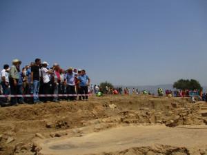 11_ La délégation recevant en haut du secteur dégagé du site les explications de Pr Boukhenouf, chef du projet de fouilles. Aux alentours, vue sur l'affluence des visiteurs. (photo1)