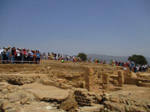 12_ La délégation recevant en haut du secteur dégagé du site les explications de Pr Boukhenouf, chef du projet de fouilles. Aux alentours, vue sur l'affluence des visiteurs. (photo2)