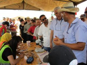 14_ La délégation près de l'atelier céramique.