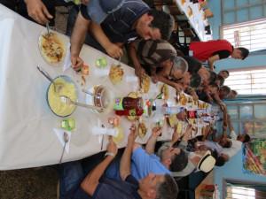 16_ Le déjeuner, offert par la population locale, en l'honneur de la délégation, de l'équipe scientifique et des visiteurs.