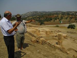 La journée a eu un impact tel que des concitoyen(ne)s qui n'ont pu s'y rendre pendant de l'événement, ont tenu à s'y rendre, même tardivement, voire le lendemain. Ici, le Pr Djamil Aissani, du laboratoire LAMOS et de l'association GEHIMAB (Université de Béjaïa), au lendemain de la journée d'information, en compagnie de Dr Aichouchen, membre de l'équipe scientifique des fouilles et enseignant à l'institut d'Archéologie d'Alger, qui a renoncé à un moment de repos pour accueillir M. Aissani sur le site, en l'absence de Pr Boukhenouf, en déplacement fonctionnel.