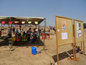 2_ Les panneaux d'exposition de documents écrits sur le site. A l'arrière-plan, l'un des ateliers animés par un groupe d'étudiants.