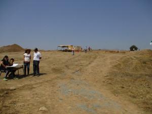 3_ Une vue du site de Mlakou et des ateliers mis en place pour l'accueil des visiteurs.