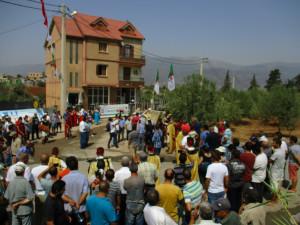 6_ Le chef de la Daïra de Seddouk procède à l'inauguration du monument portant la réplique de l'inscription de Mlakou, en présence du directeur de la culture de la wilaya de Béjaïa, du chef de projet de fouilles et des principaux responsables des associations locales.