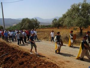 7_ La délégation fait le trajet à pied, d'Akhenak-centre à Mlakou, derrière la parade à la mode antique. Le tapissage de ce chemin carrossable, le seul qui mène au site de Mlakou, est l'un des souhaits exprimés par les interlocuteurs locaux en présence de la délégation.