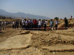 8_ La délégation s'engage parmi les vestiges du site antique mis à jour.