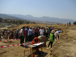 9_ La délégation à proximité des ateliers stratigraphie et carrelages du site.